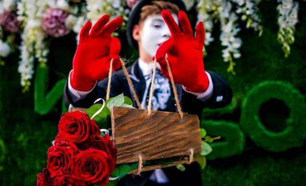 Фото вручения цветов на день влюбленных