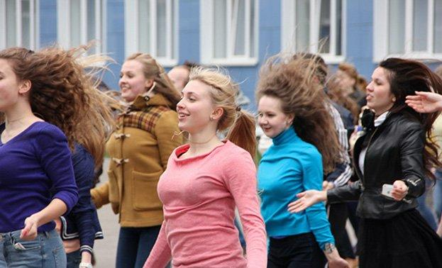 студенты устраивают флешмоб