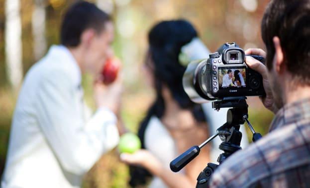 Фотограф на свадьбе за роботой