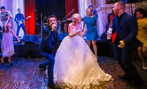 Фото веселого танца на свадьбе