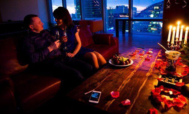 ужин при свечах в романтической обстановке