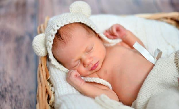 малыш спит в корзине фото
