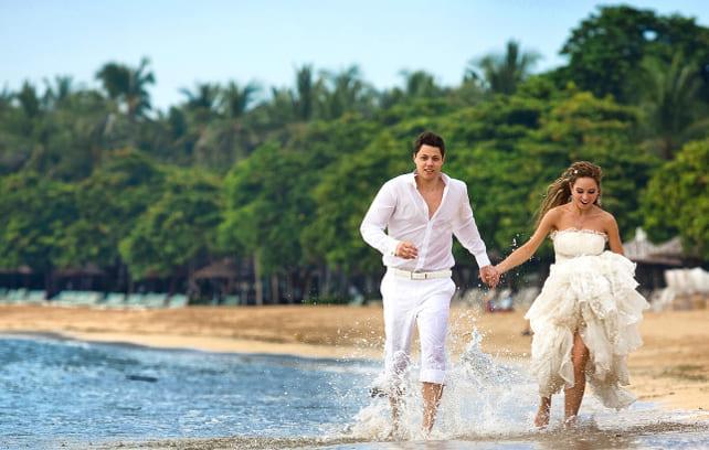 Фото прогулки пары по берегу