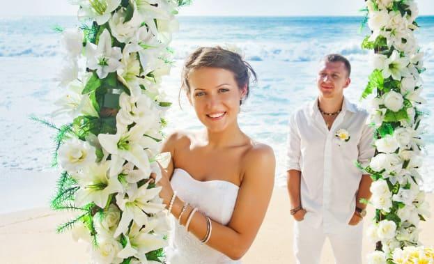 Фото пары у цветочной арки