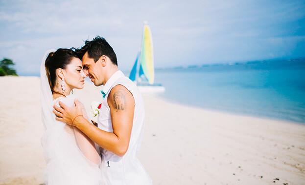 Фото пары на берегу Бали