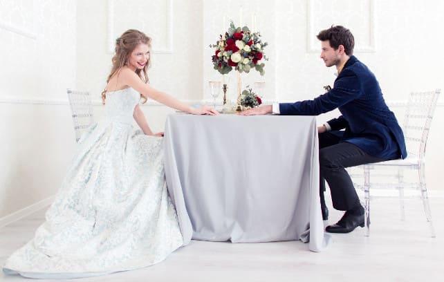 Фото жениха и невесты за столом