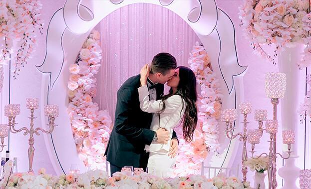 Фото пары на украшенной свадьбе