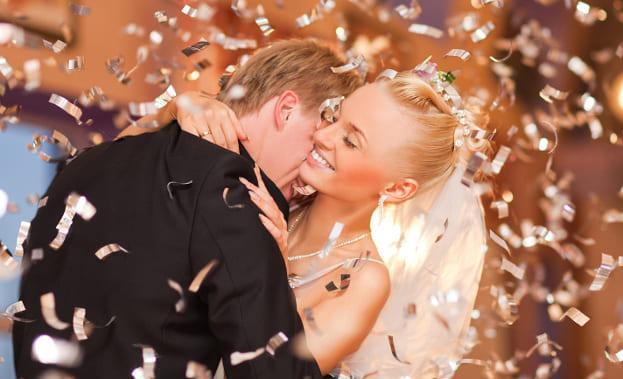 Фото свадебного танца в конфетти