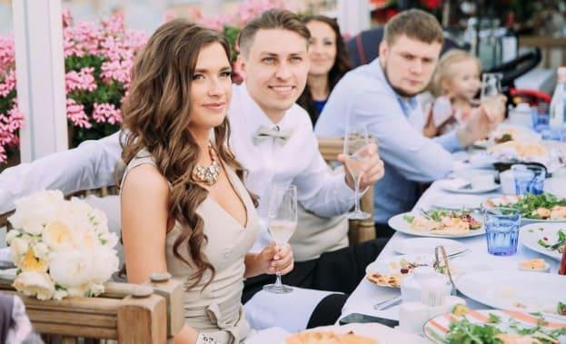 Фото друзей за свадебным столом