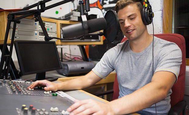 Фото предложения руки по радио