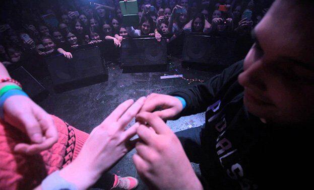 предложение руки на концерте