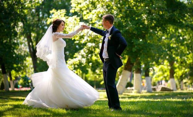 Фото танца жениха и невесты на улице