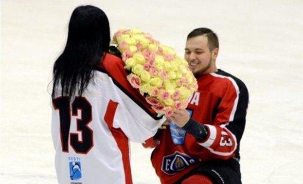 предложение девушке на хоккее