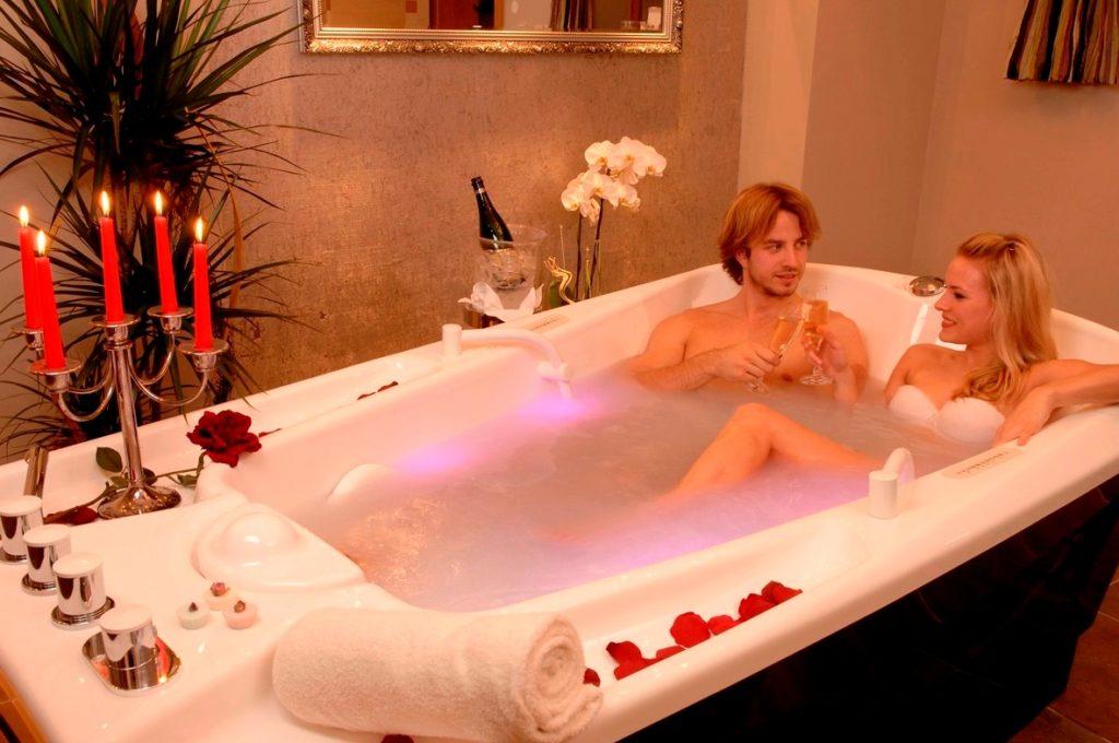 двое в ванной с шампанским