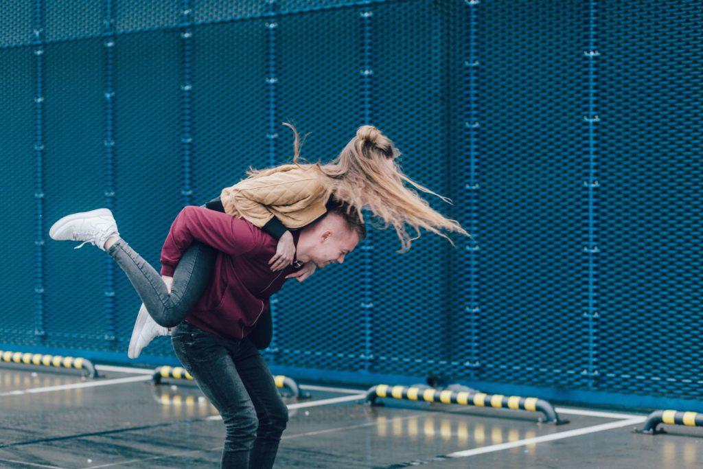 парень держит девушку на спине