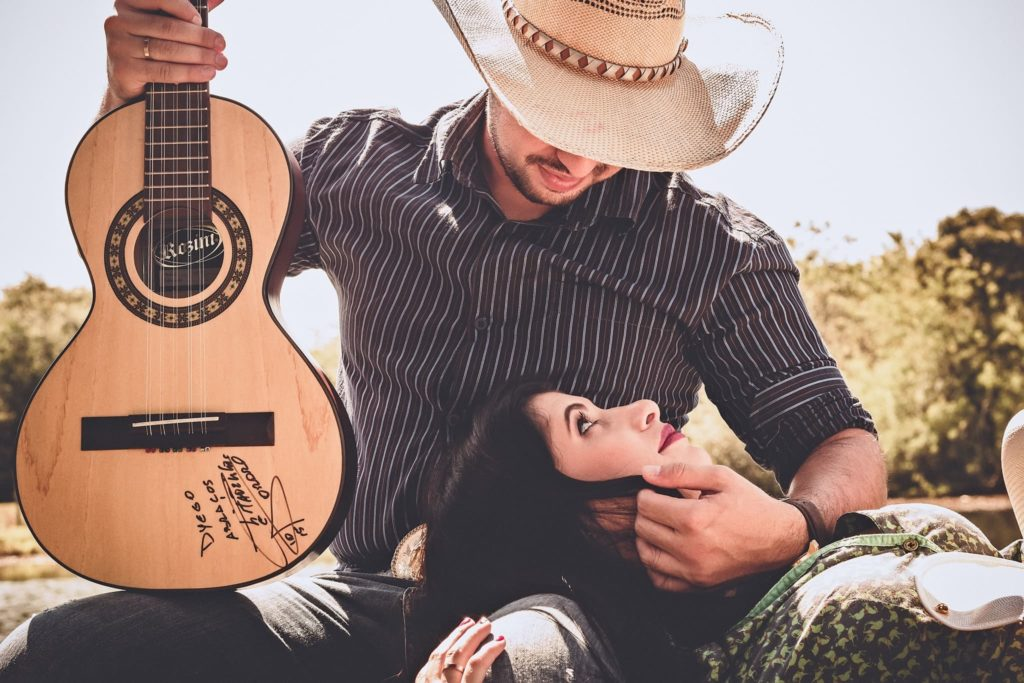 пара с гитарой