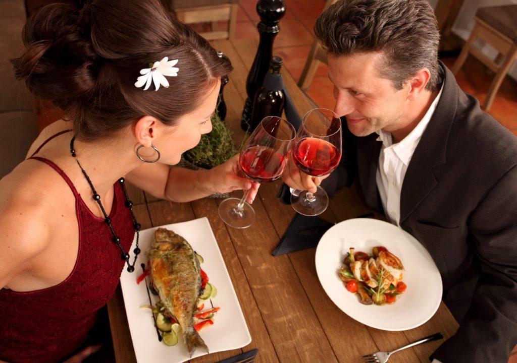 парень и девушка на романтическом ужине