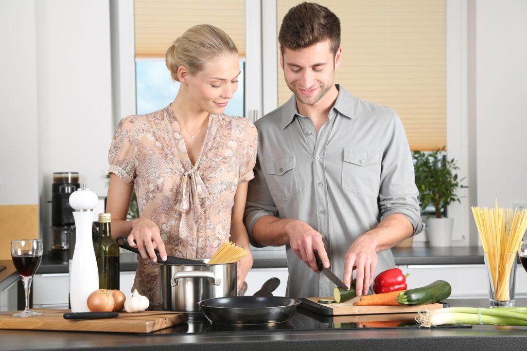 пара готовит вместе